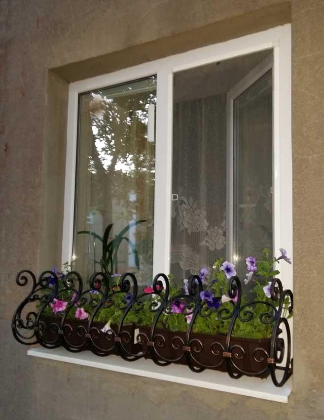 Фото кованых цветочниц, цветников на окна, подставок с ковко.